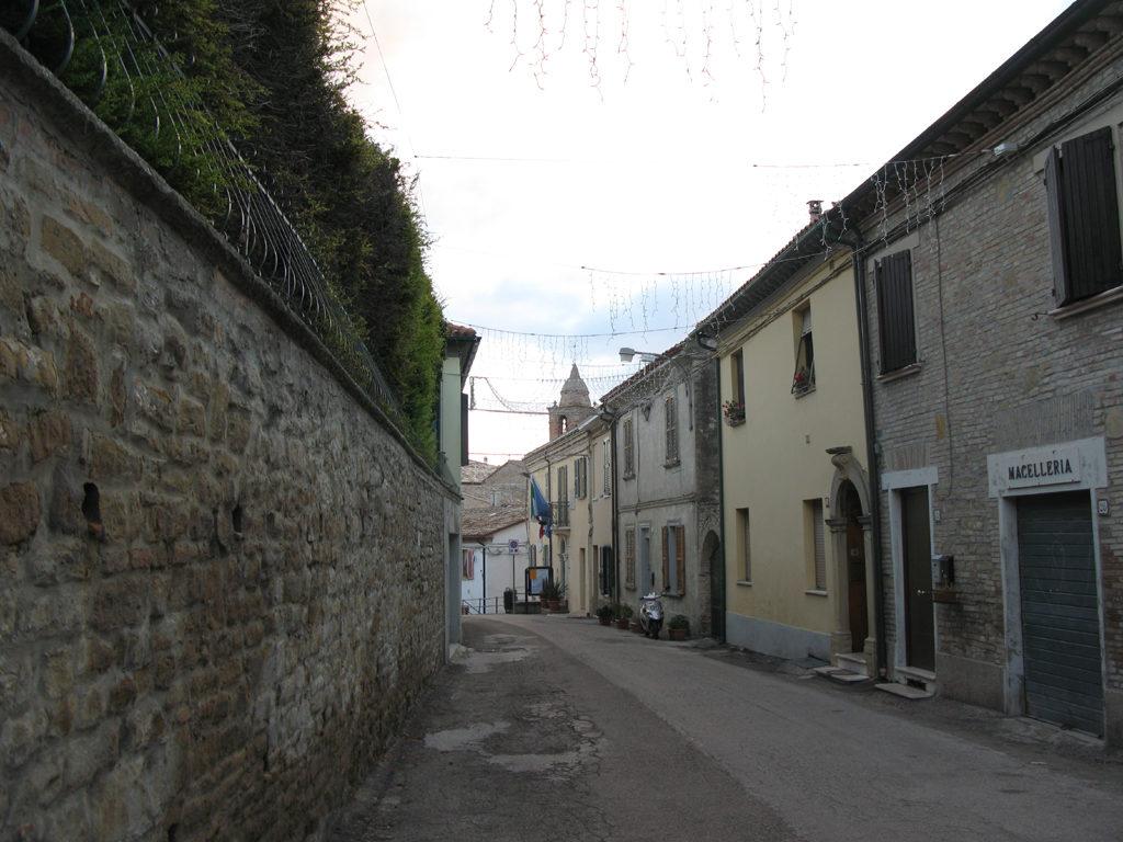 Via principale del borgo di Candelara