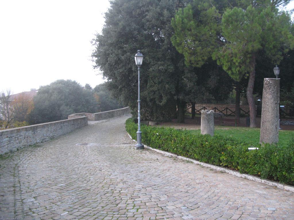 Il piccolo parco all'interno delle mura di Novilara