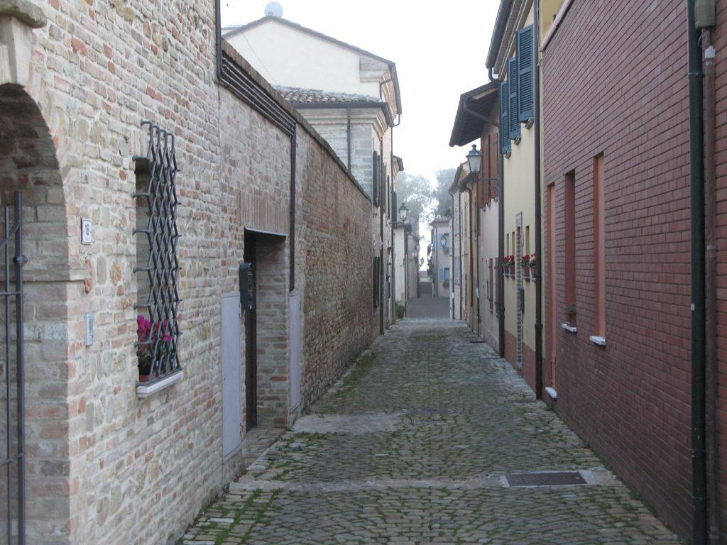 Vicoli tipici all'interno del borgo di Novilara
