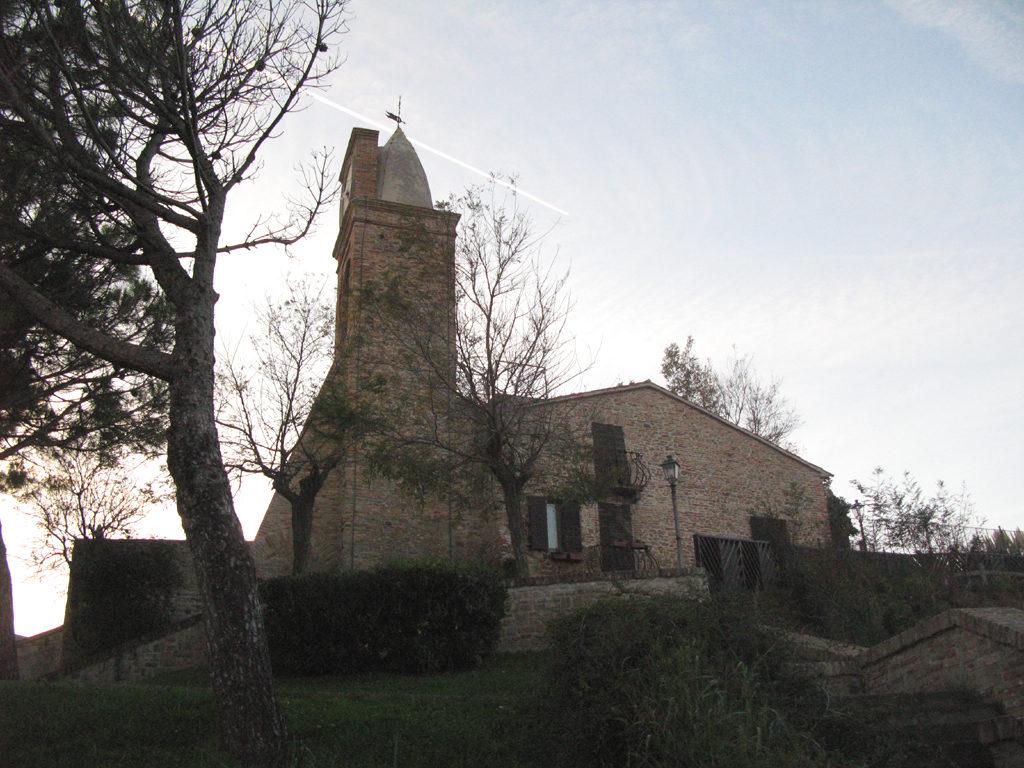 Vista del campanile di Fiorenzuola dal Sentiero dell'amore