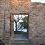 Particolare della base del Campanile di San Lorenzo con vista sul mare