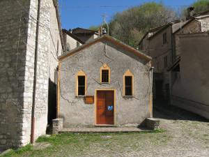 La piazzetta centrale di Pieia con la chiesetta di San Luca