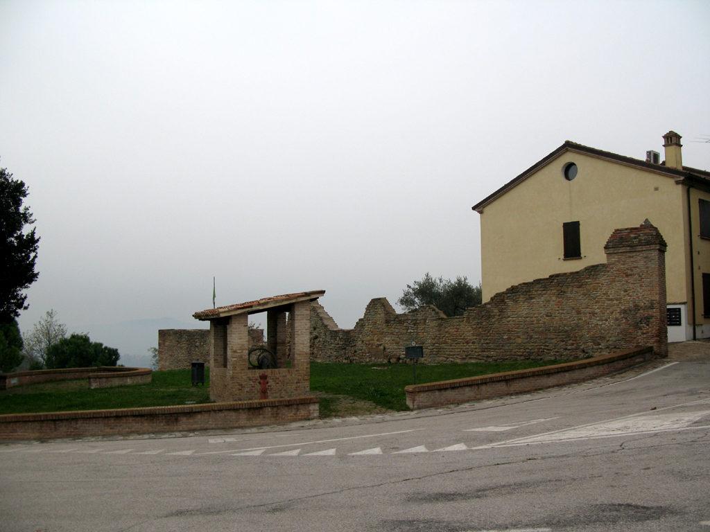 Ingresso a Casteldimezzo con pozzo