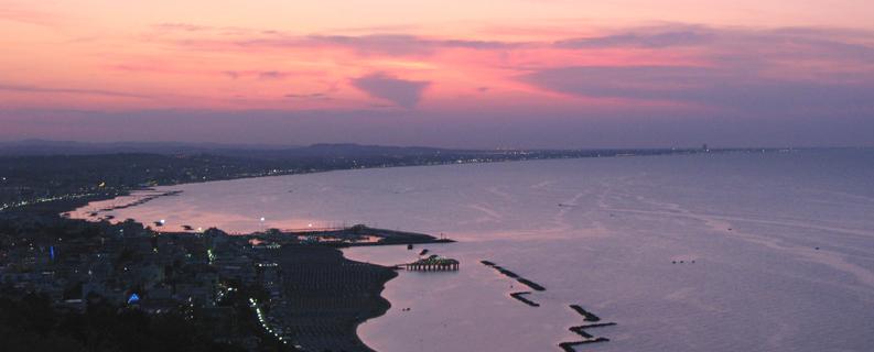 Vista della Riviera Romagnola al tramonto da Gabicce Monte