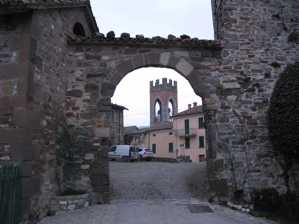 Ingresso alla piazza Begni di Monte Cerignone