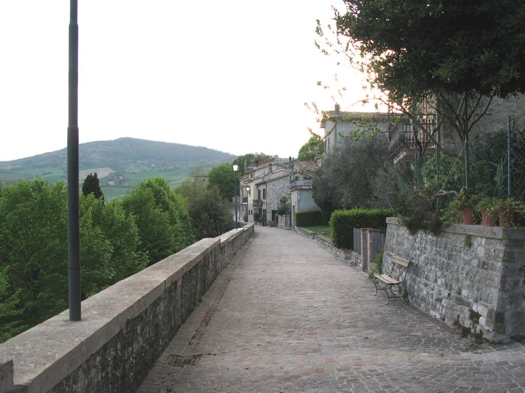 Camminamento lungo le mura di Frontino