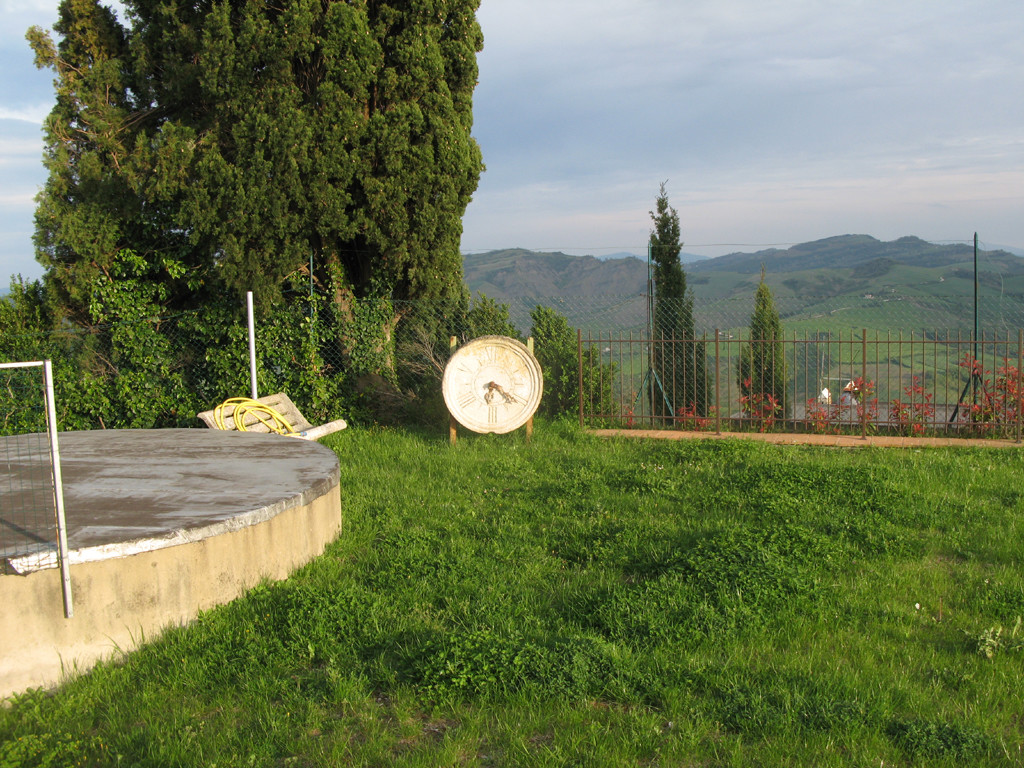 Orologio antico nel parco di Sassofeltrio