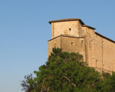 Vista del Castello di Frontone dalla piazza