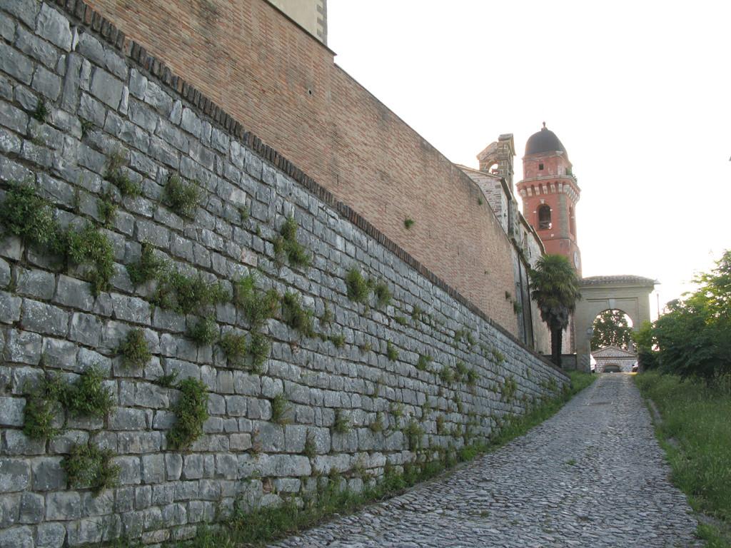 Porta d'ingresso del borgo antico di Frontone