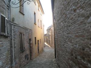 Le strette vie del centro storico di Frontone