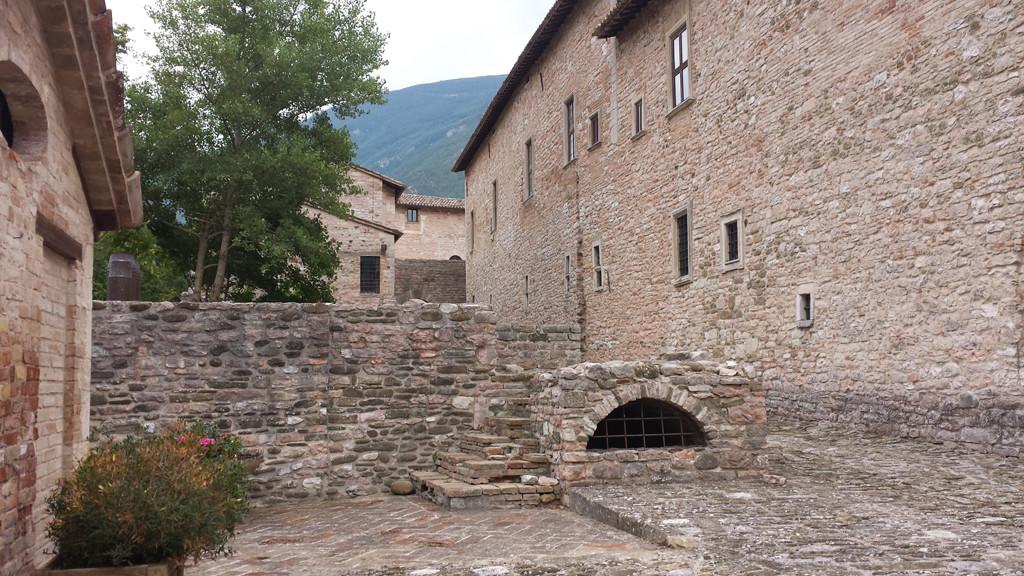 Interno del Castello Brancaleoni con la Via Pubblica