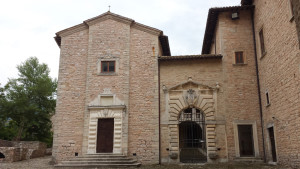 Vista della Chiesa di San Carlo Borromeo dalla Piazza Pubblica del Castello Brancaleoni