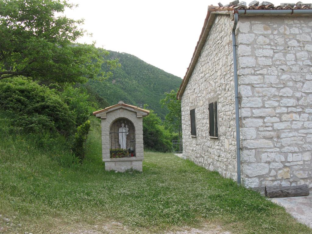 Particolare del borgo con piccola edicola votiva