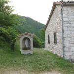 Particolare del borgo di Montiego con piccola edicola votiva