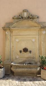 Fontana all'entrata del centro storico di Montegrimano