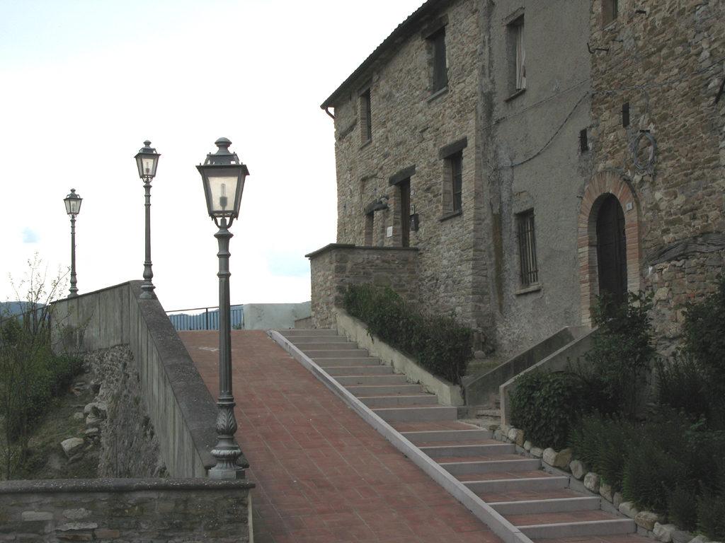 Scalinata sul retro del Castello