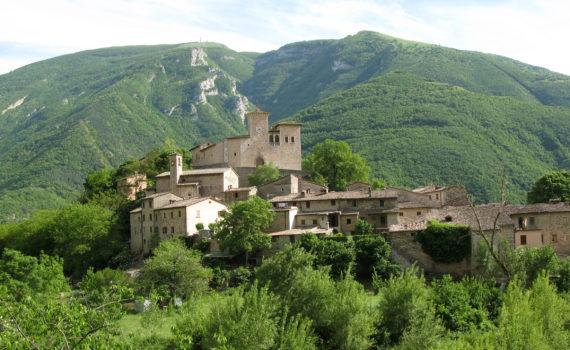 Veduta del Castello e del borgo antico di Piobbico